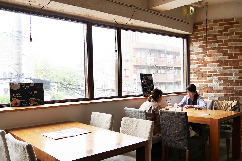 夙川の人気カフェヨーキーズブランチの内観テーブル席が広い